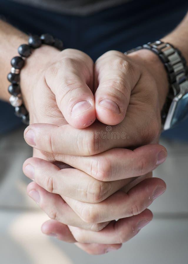 Close up das mãos brancas em rezar o gesto fotografia de stock