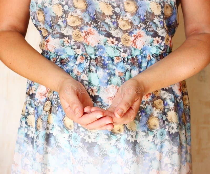 Close up das mãos da jovem mulher entrega estendido na forma colocada Foco seletivo Luz natural imagem de stock