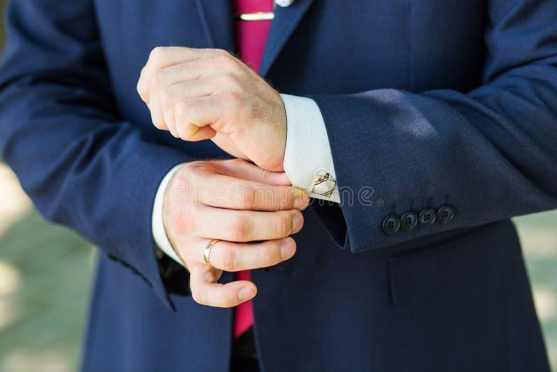 Close-up das mãos do homem da elegância foto de stock royalty free