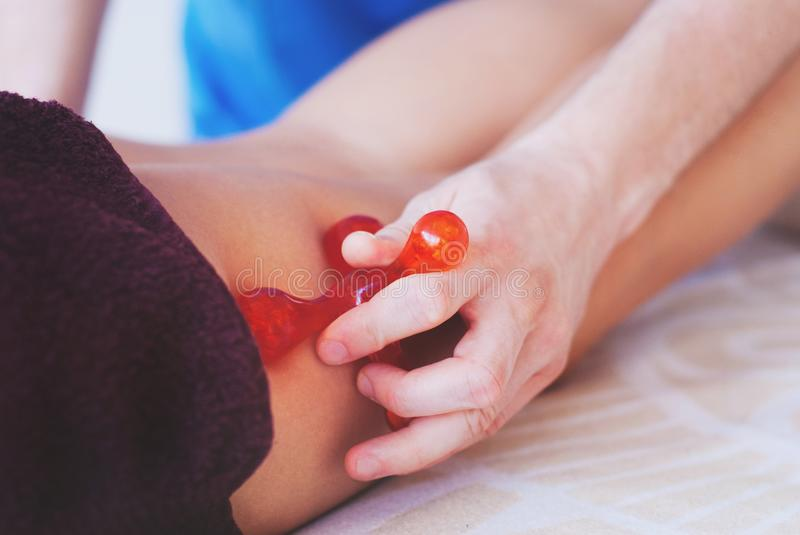Close-up das mãos do massagista que fazem a massagem dos pés fotografia de stock