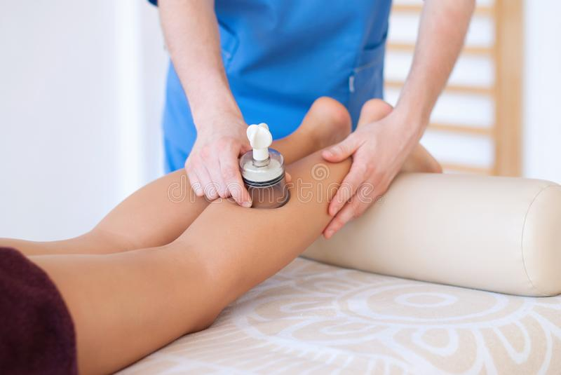 Close-up das mãos do massagista que fazem a massagem dos pés imagem de stock royalty free