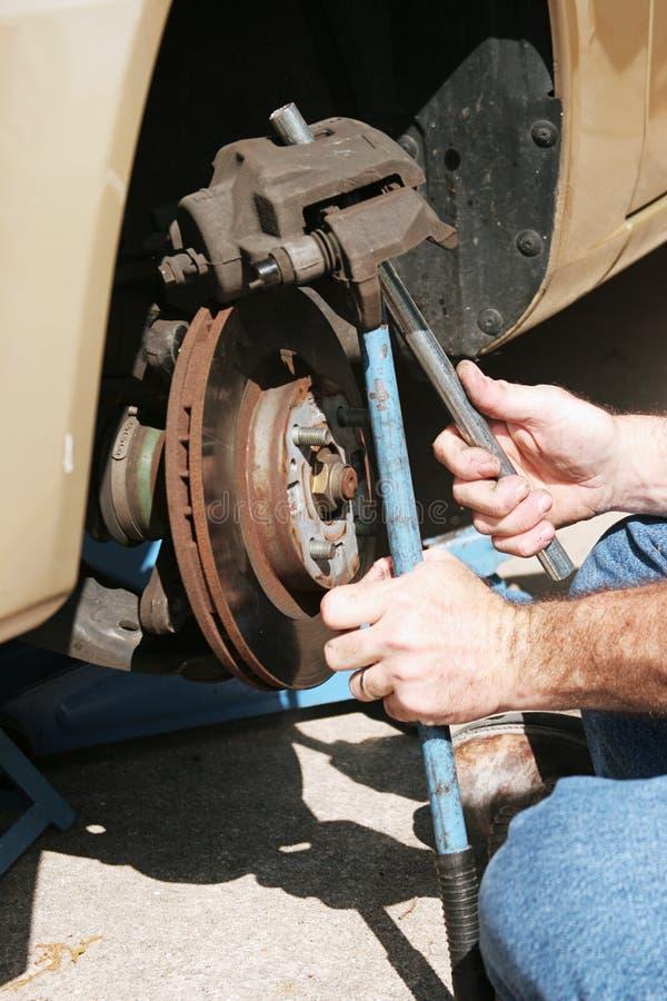 Reparando freios de disco dianteiros fotos de stock royalty free