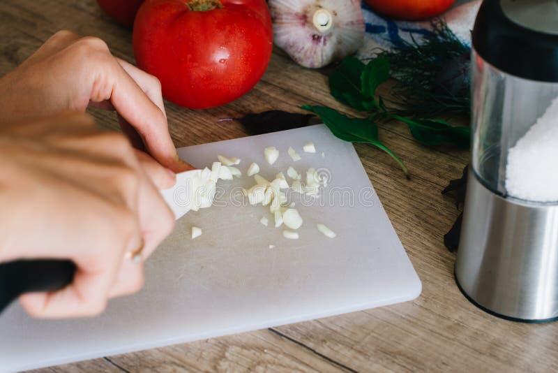 Close up das mãos humanas que cozinham algum alimento na cozinha na tabela de madeira fotos de stock