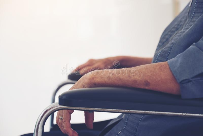 Close-up das mãos idosas do ` s da mulher na cadeira de rodas, Tailândia foto de stock royalty free