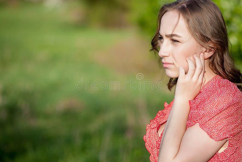 Close-up das m?os f?meas que p?em a pr?tese auditiva na orelha Digital moderno na pr?tese auditiva da orelha para a surdez e o co fotografia de stock royalty free