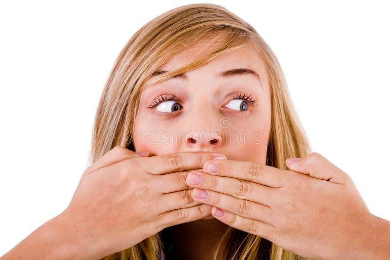 Close up das mulheres novas que cobrem sua boca fotos de stock