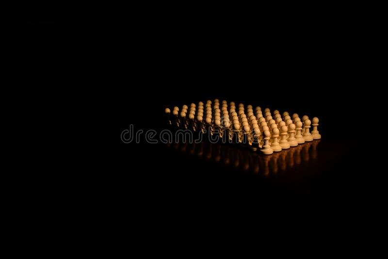Close up das partes de xadrez na placa foto de stock royalty free