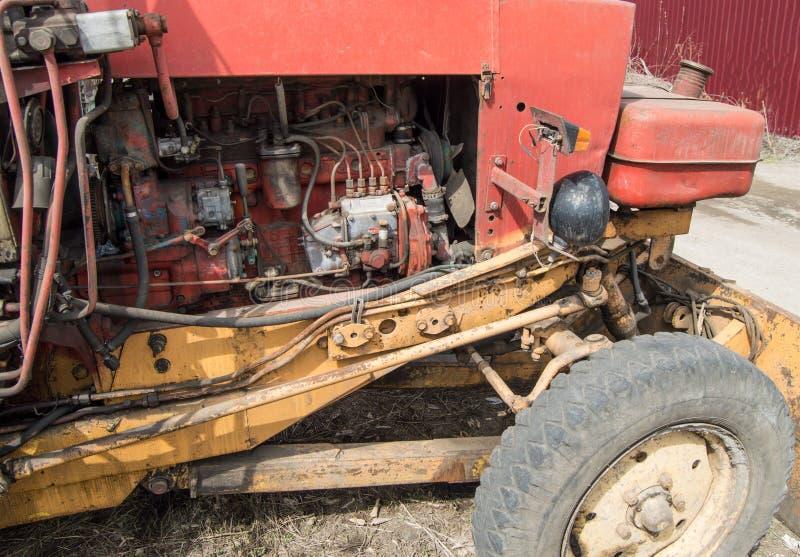 Close-up das pe?as de motor diesel sujas velhas do trator imagem de stock