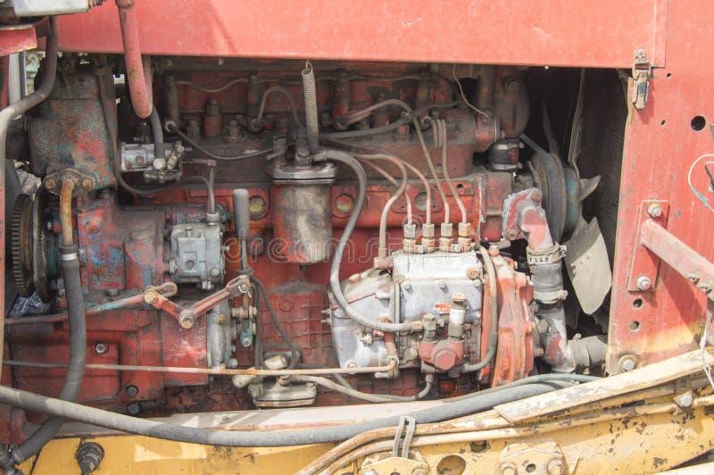 Close-up das pe?as de motor diesel sujas velhas do trator fotos de stock royalty free