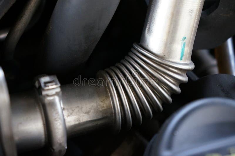 Close-up das tubulações inoxidáveis de um motor de automóveis do turbocompressor imagem de stock royalty free