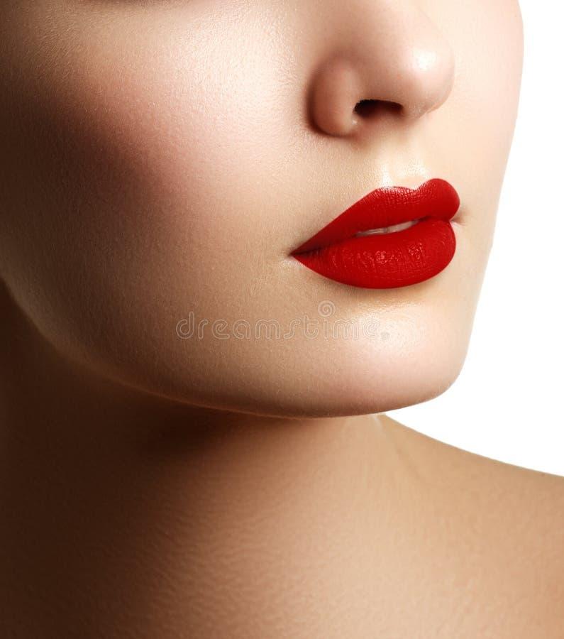 Close-up dat van vrouwenlippen wordt geschoten met rode lippenstift Mooie perfect stock foto's