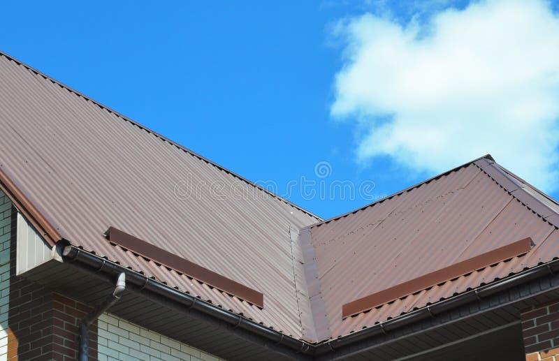 Close up de áreas de problema para a calha da chuva, waterproofing do telhado e a proteção do telhado da placa da neve & do x28;  fotografia de stock