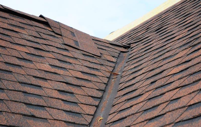 Close up de áreas de problema para waterproofing telhas instaladas novas do telhado do betume Trabalhos do canto do telhado imagens de stock