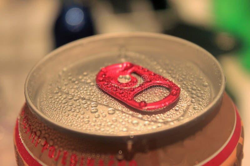 Close-up de alumínio do banco da gota vermelha foto de stock