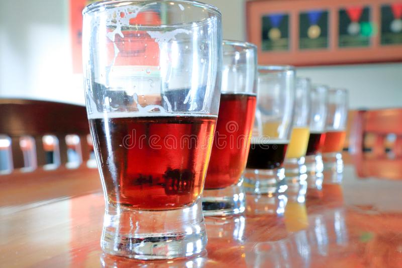 Close up de amostras da cerveja em seguido fotografia de stock