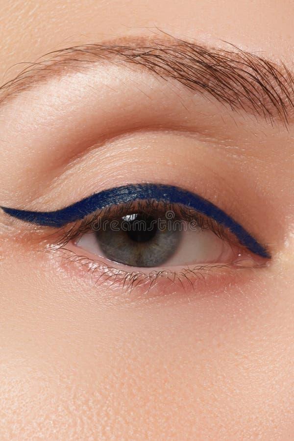 Close-up de aplicação modelo bonito do lápis de olho no olho Composição imagens de stock royalty free