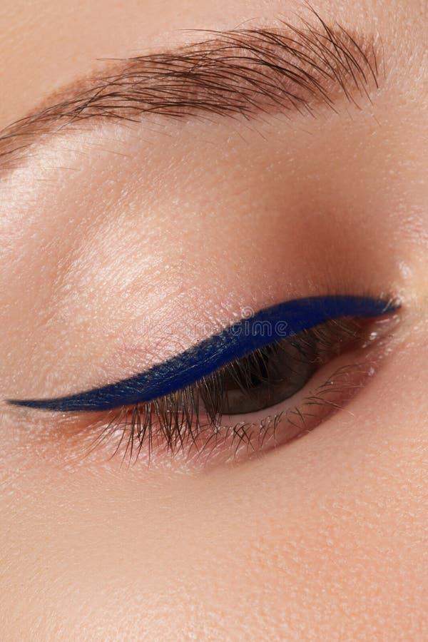 Close-up de aplicação modelo bonito do lápis de olho no olho Composição imagens de stock