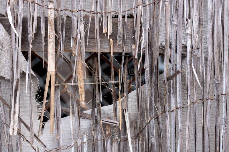 Close-up de bambu do rattan do vintage de uma cerca vestida retro dilapidada, lona branca da tela com furo e bordas desgastadas,  foto de stock royalty free