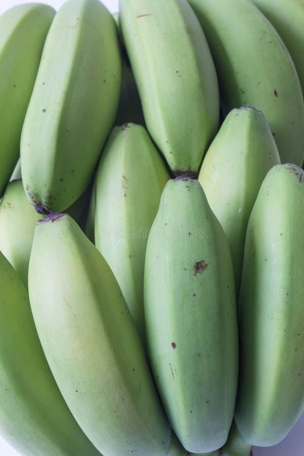 Close up de bananas verdes e amarelas do bebê, aspecto horizontal foto de stock royalty free