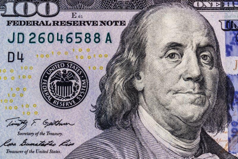 Close up de Ben Franklin em cem notas de dólar para o fundo II imagem de stock