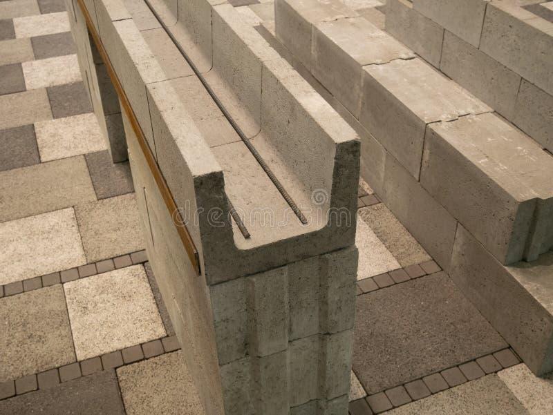Close up de blocos de cimento da cavidade blindados por barras de aço do ferro para a construção da parede da casa imagens de stock