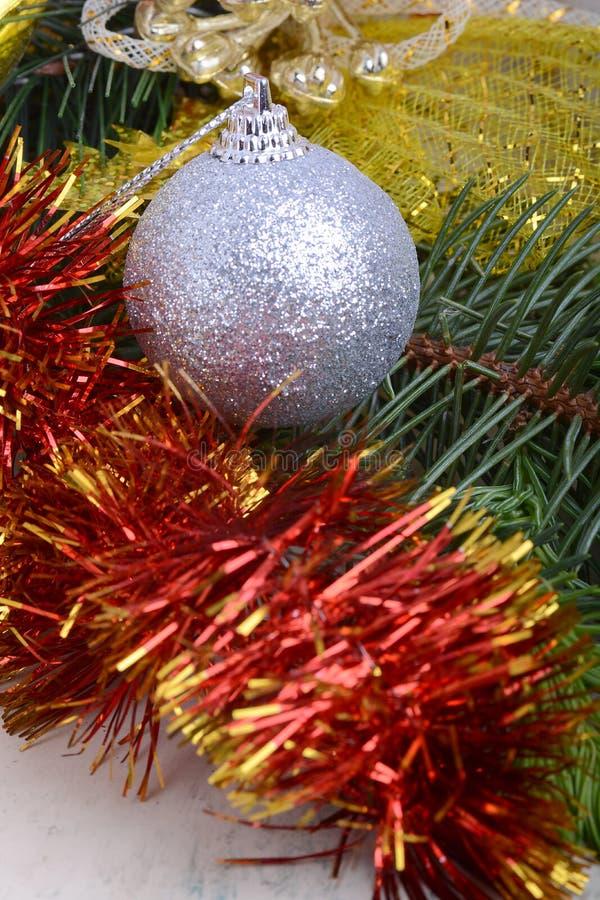 Close up de bolas do Natal e do ramo de árvore verde do abeto, cartão do convite do ano novo fotografia de stock