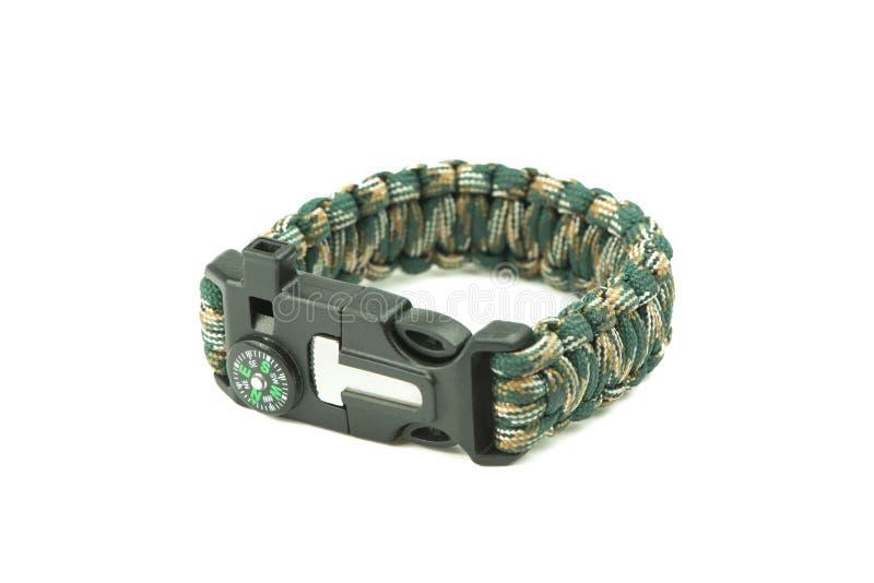 Close-up de bracelete trançado do cabo de para da camuflagem no branco fotos de stock