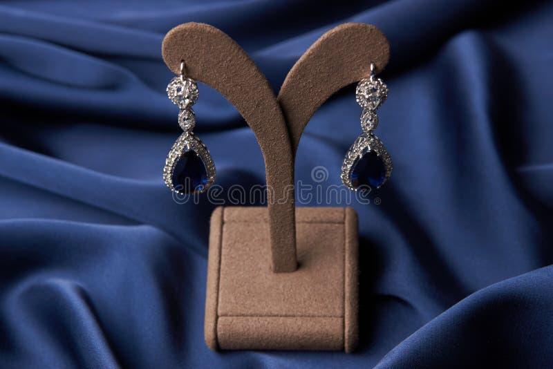 Close-up de brincos bonitos e de bracelete de uma platina fotografia de stock royalty free