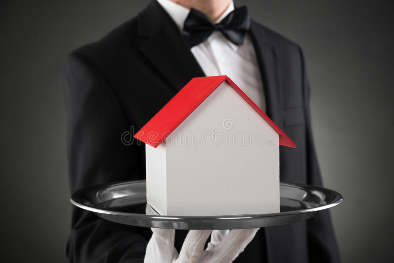 Close-up de Butler With House Model imagem de stock