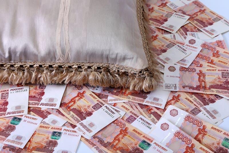 Close-up de cédulas do russo Cinco mil notas do rublo imagens de stock