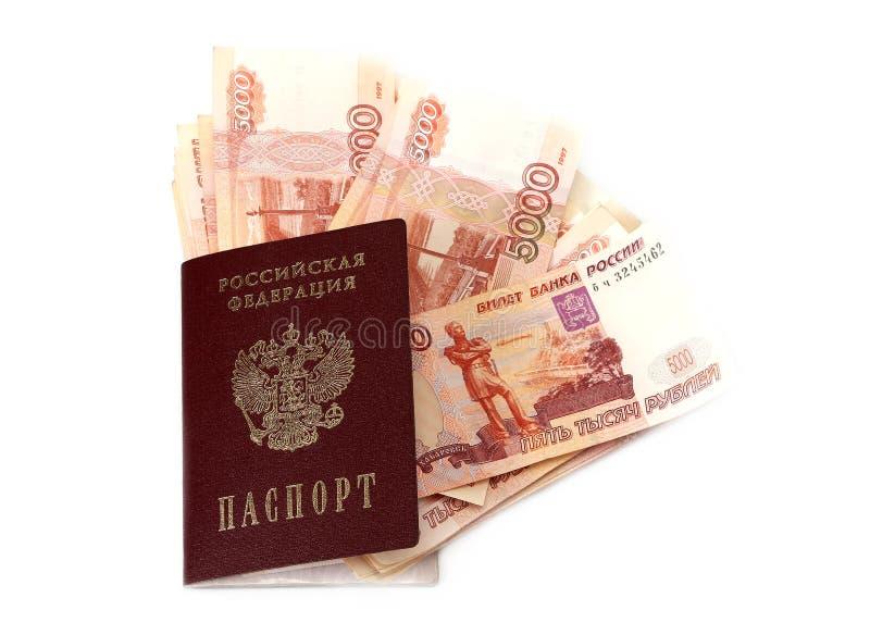 Close-up de cédulas do russo (cinco mil notas do rublo) e de passaporte imagens de stock royalty free