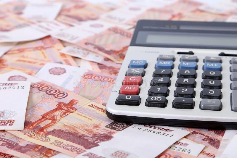 Close-up de cédulas do russo & de x28; Cinco mil rublos Notes& x29; e calculadora foto de stock royalty free