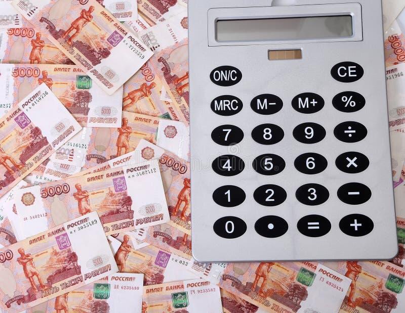 Close-up de cédulas do russo & de x28; Cinco mil rublos Notes& x29; e calculadora fotografia de stock royalty free