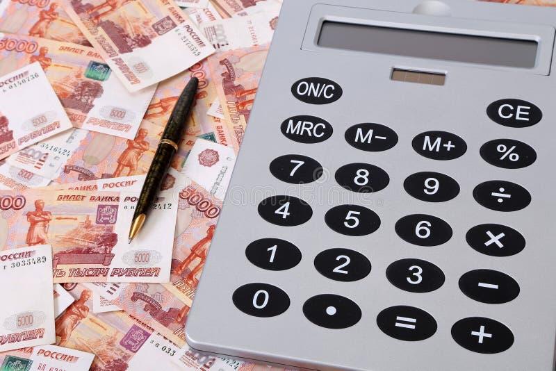Close-up de cédulas e de calculadora do russo foto de stock royalty free