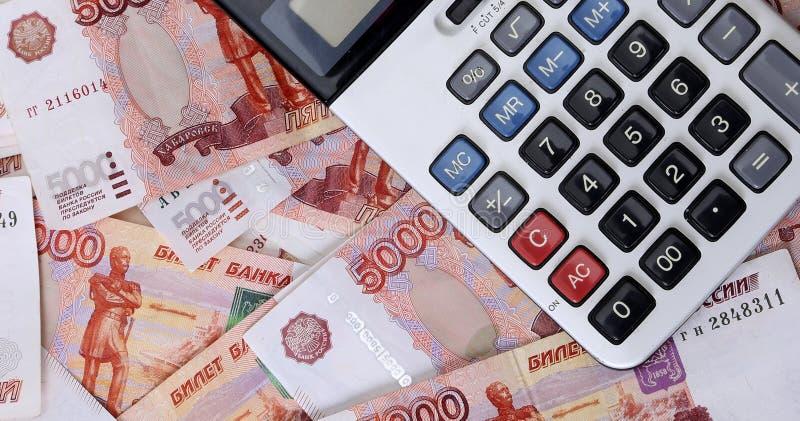 Close-up de cédulas e de calculadora do russo imagens de stock