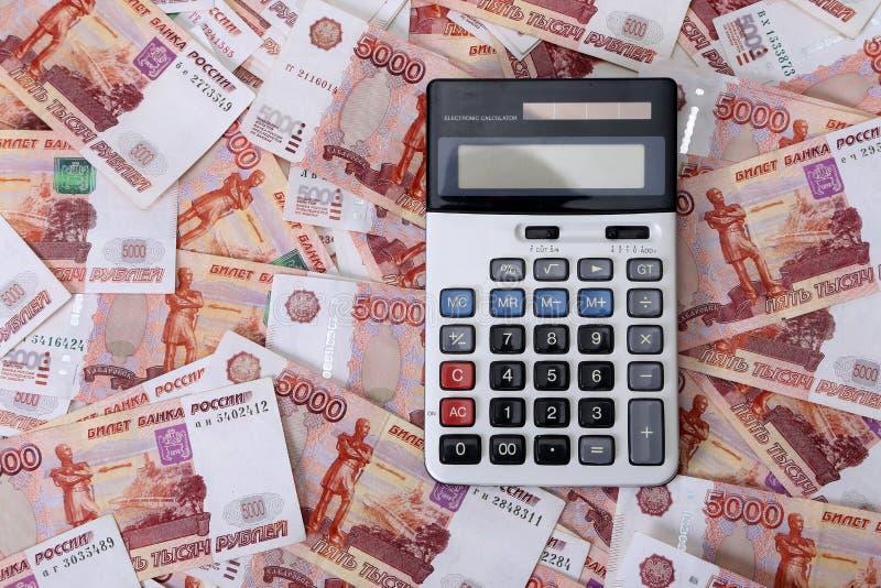 Close-up de cédulas e de calculadora do russo fotografia de stock royalty free
