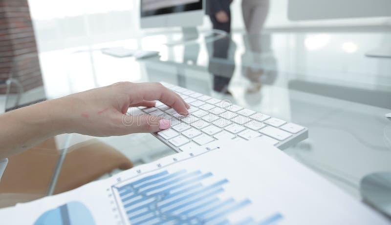 Close-up de cartas e do teclado de computador financeiros no desktop imagem de stock royalty free