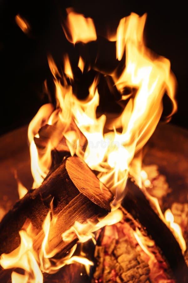 Close up de chamas do fogo, de fogueira ou de fogão de madeira ardente, vagabundos pretos foto de stock royalty free