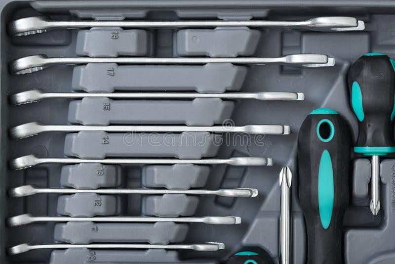 Close-up de chaves e de chaves de fenda diferentes do tamanho na caixa de ferramentas aberta foto de stock royalty free