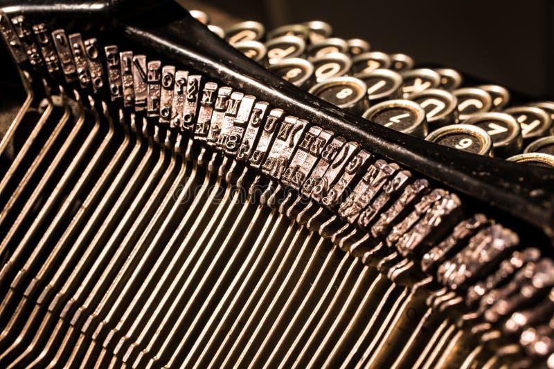 Close-up de chaves velhas da letra e do símbolo da máquina de escrever imagens de stock royalty free