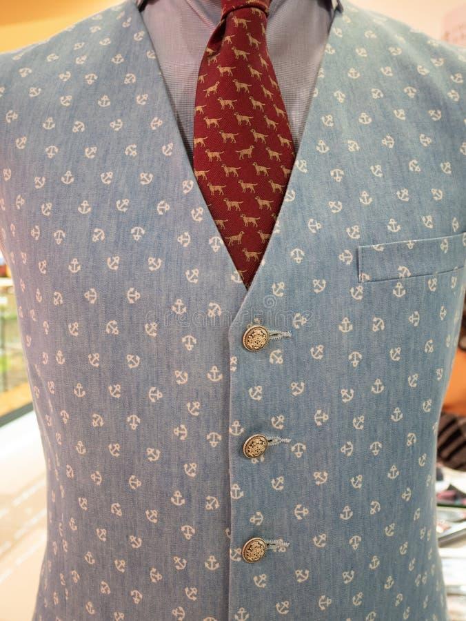Close up de claro formal dos homens - veste azul sob o terno e laço vermelho vívido no manequim do manequim imagem de stock