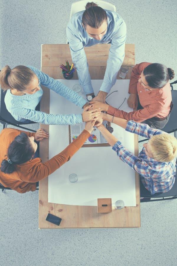 Close up de colegas de um negócio com suas mãos empilhadas foto de stock royalty free