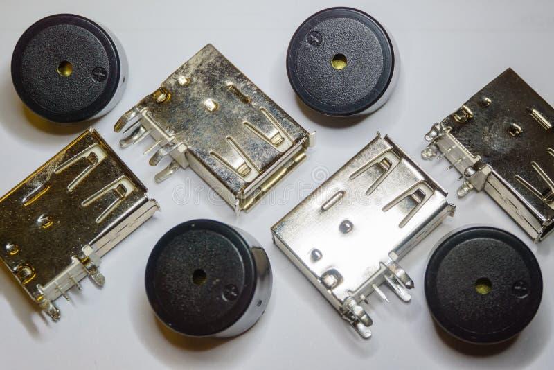 Close-up de componentes dispersados da eletrônica do soquete e da campainha elétrica de USB no fundo branco no foco parcial e no  imagens de stock royalty free