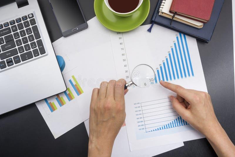 Close up de contas correntes de uma jovem mulher Tabela da mesa de escritório com opinião superior das fontes imagem de stock