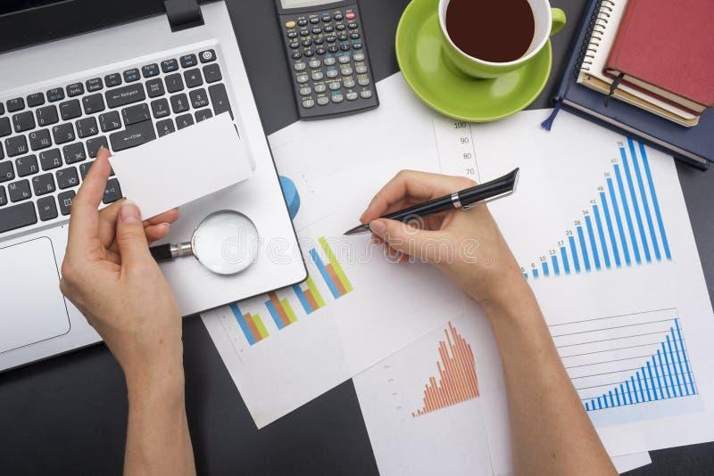 Close up de contas correntes de uma jovem mulher Tabela da mesa de escritório com opinião superior das fontes imagem de stock royalty free