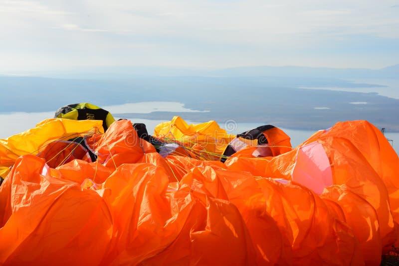 Close-up de cordas fortes coloridas de um paraglide foto de stock