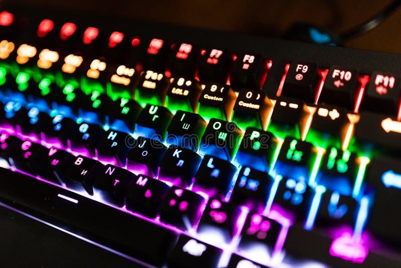 Close up de cores Multicolour do arco-íris da iluminação do teclado para jogos do jogo em linha fotografia de stock