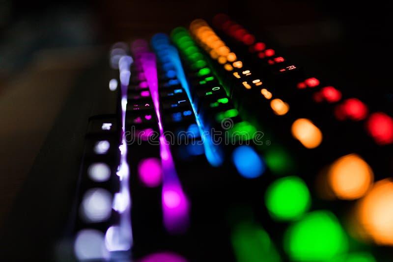 Close up de cores Multicolour do arco-íris da iluminação do teclado para jogos do jogo em linha foto de stock royalty free