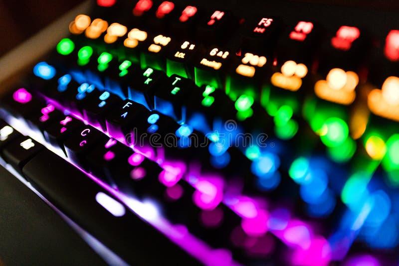 Close up de cores Multicolour do arco-íris da iluminação do teclado para jogos do jogo em linha conceito retroiluminado do teclad imagens de stock