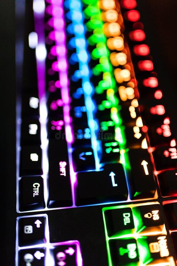 Close up de cores Multicolour do arco-íris da iluminação do teclado para jogos do jogo em linha conceito retroiluminado do teclad fotos de stock